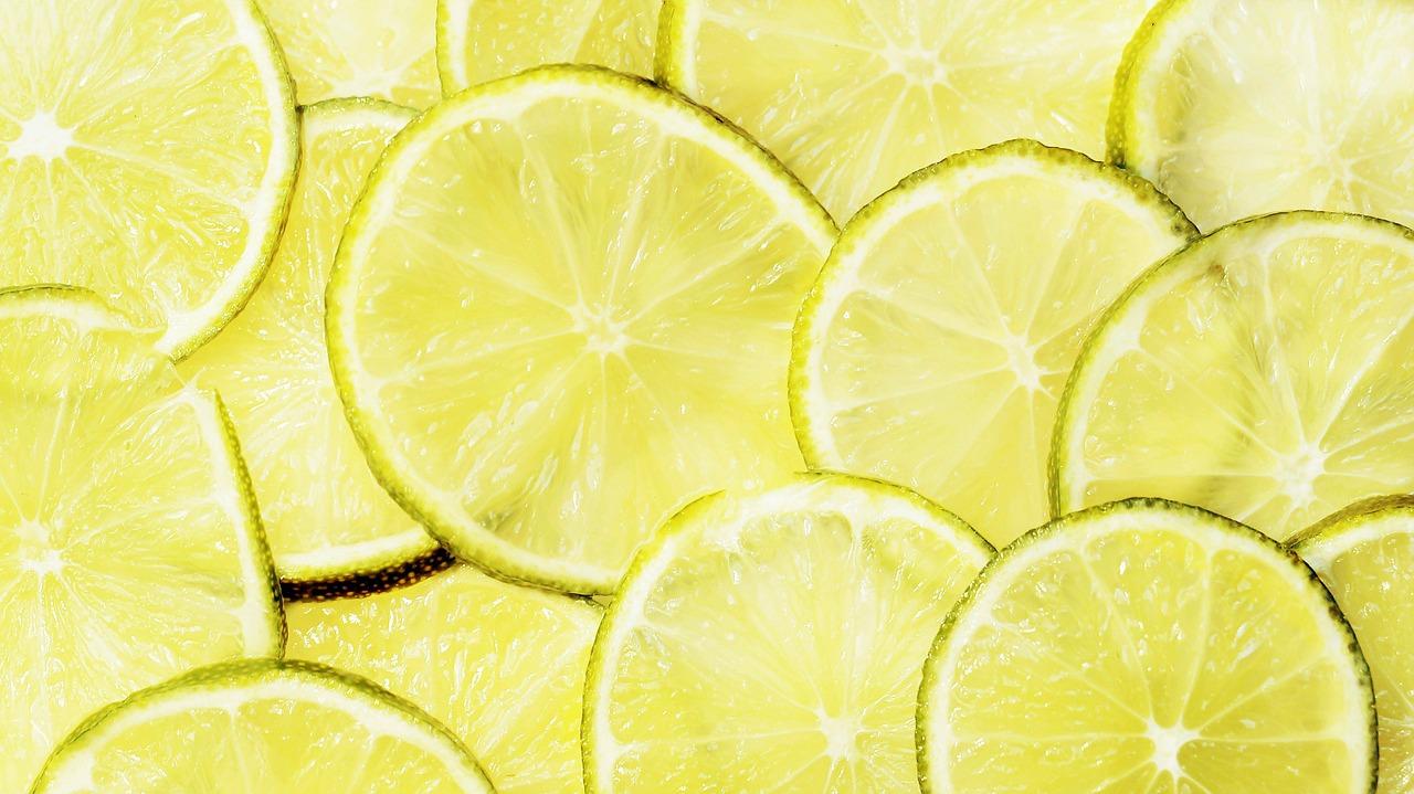 Pourquoi les gens sont-ils si fous de mettre des citrons dans leur eau potable?